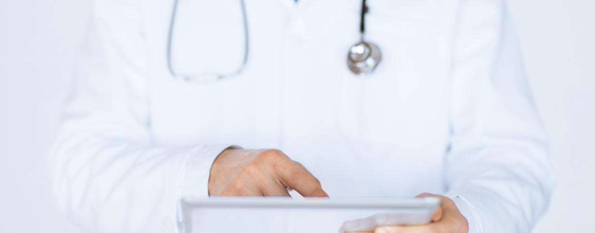 Mannelijke-arts-die-tablet-heeft-1160x455